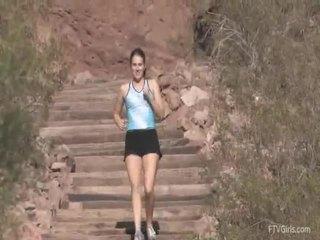 Emilie goes إلى ال jog و stretcthis persons