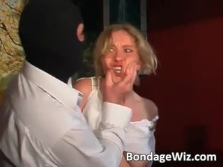 Tied blondine gets bips spanked en tieten