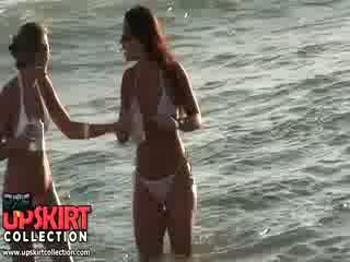 Charming बिकिनी लड़कियों are staying में the पानी talking और having नहीं विचार को होना spied