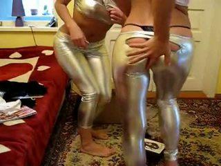 2 tüdrukud proovima uus läikiv retuusid