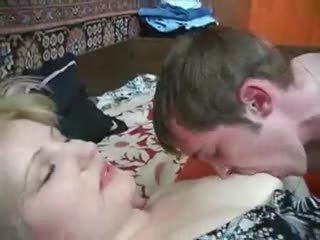 成熟 妈妈 seduces 不 她的 儿子