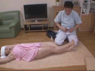 눈을 가리고 아내 molested 로 호텔 masseur