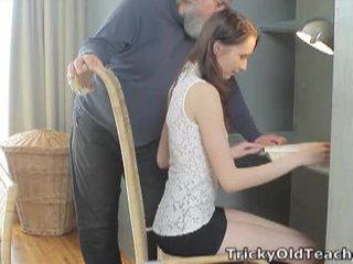Tricky gammel lærer: heldig gammel lærer fucks henne søt kuse hardt.