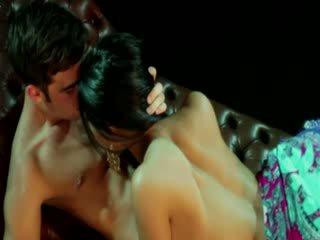 Gypsy goddess femmes receives stimulation à partir de son lover