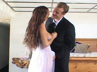Mignonne jeune mariée getting baisée par two