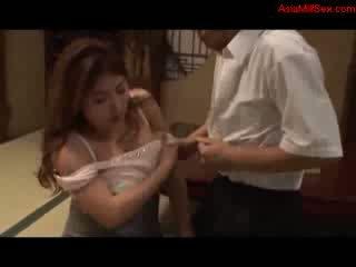 Gorda mamalhuda milf giving broche getting dela tetas fodido cona licked por marido em o chão em o quarto