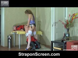 Σκηνές του cora, john, maurice με strapon οθόνη