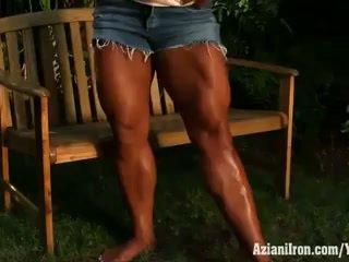 Aziani fier amber deluca flexing ei biceps și uriaș înapoi