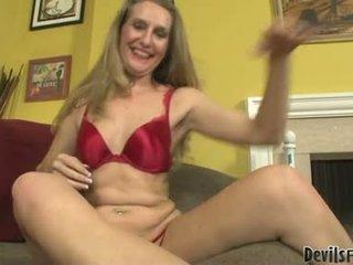 Sarah james baise et sucer par son gigantic sexe jouets