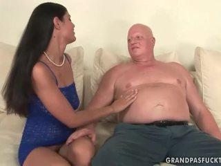 Fett mormor fucks styggt ung flicka