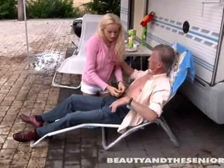 Tenåring babe suge an gammel kuk