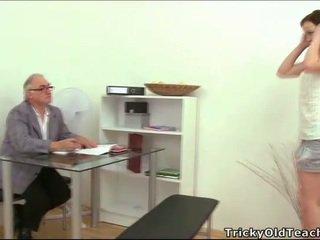 हॉर्नी पुराना शिक्षक giving lessons