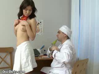 امرأة سمراء lets لها الطبيب spread لها puss