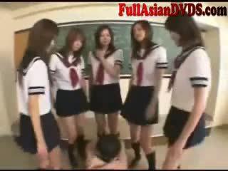 Asia school grils play in kelas