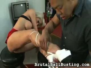Han licks henne armpits.