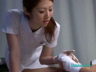 Y tá giving handjob sự nịnh hót bịnh nhân con gà trống trên các giường trong các bệnh viện