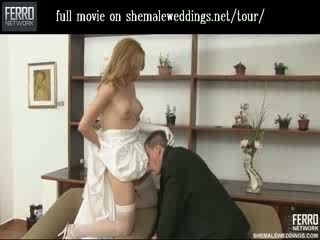 Đẹp đồng tính cô dâu hôn và feeding cô ấy beefy meat đến cô ấy chồng