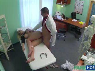 Doktor banged seks blondynka w jego cabinet.