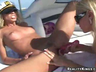 Frauen marlie moore und freund enjoys ein spielzeug fake penis aktion outdoors
