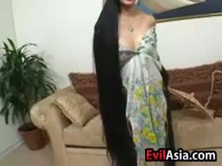 Zralý asijské s dlouho vlasy