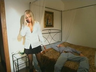 Blond step-mom i strømper seducing sønn