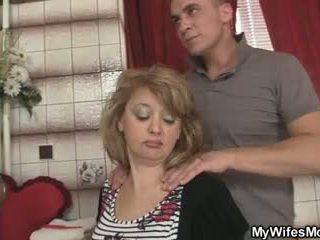 Mother-in-law jumps pie viņa liels dzimumloceklis kā viņa sieva leaves
