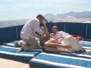Beauty gets double трахкав на a човен