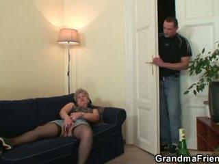 Arrapato nonnina takes two cocks a una volta