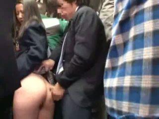 Schoolmeisje betast door stranger in een crowded bus