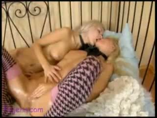Tender touches 3 lesbian si rambut perang garter dildo/ alat mainan seks doggy gaya dubur