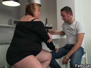 Seksi wanita gemuk cantik seks setelah sebuah botol dari anggur
