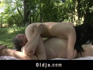 Gras vechi om fucks adolescenta în the woods
