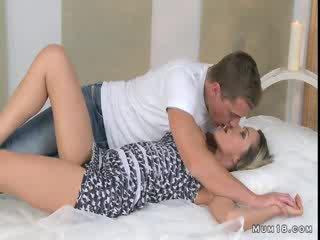 巨乳 金发 妈妈 licked 和 性交 在 卧室