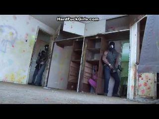Kvinne fanget og knullet i an abandoned hus