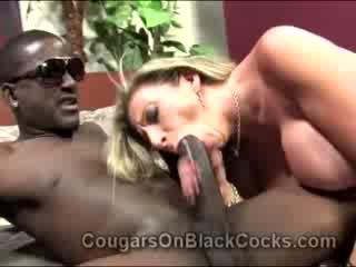 Lustful blondie läkkäämpi hookerin sara jay gets perseestä mukaan iso eebenpuu mies