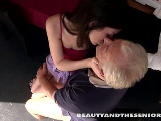 Ýaşlar cutie gets fucked by senior bruce