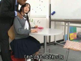 ญี่ปุ่น เด็กนักเรียนหญิง gave ใช้มือ
