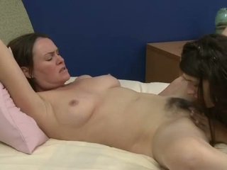 Tua dan muda lesbian prefers sweety oral seks