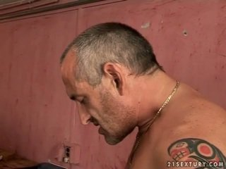 Owadanja ýaşlar blondinka gets fucked by old man