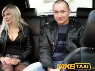 Faketaxi marido watches esposa getting fodido