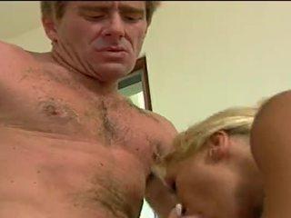 Seksikäs blondi whore getting double penetrated mukaan hänen lovers