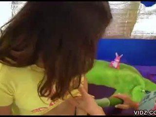 Ištvirkęs jaunas sluts žaisti su veggies