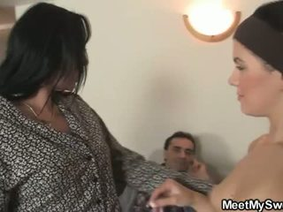 Întâlni mea dulce: excitat bruneta adolescenta sucks daddys old cock and moms balcoane