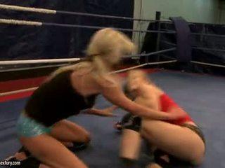 Laura cristal et michelle soaked cat lutte en ring