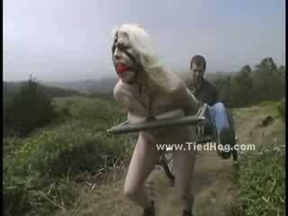 Tenger pop betrapt door gemeen agent gets undressed en gedwongen naar obbey hem tied zoals een hog