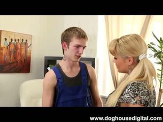 Teismeline poiss fucks tema esimene blond milf