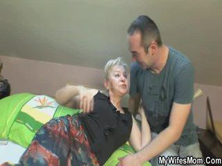 Viņa touches un bonks viņai dēls iekšā likums