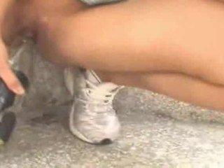 Piss: সে pisses মধ্যে একটি বোতল আগে পানীয়