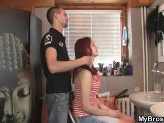 Slutty rood hoofd tiener teef overspel haar boyfriend over zijn vriend
