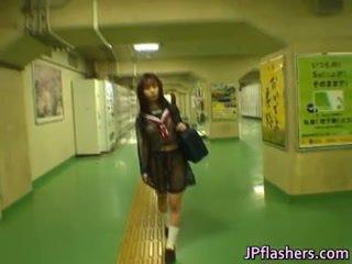 Aziatisch schoolmeisje in publiek